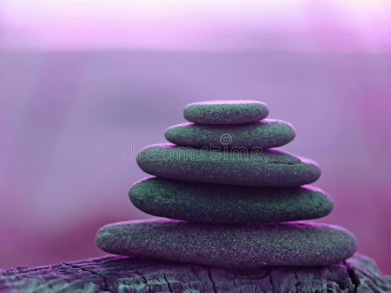 Pilha de cinco rochas lisas fotografia de stock