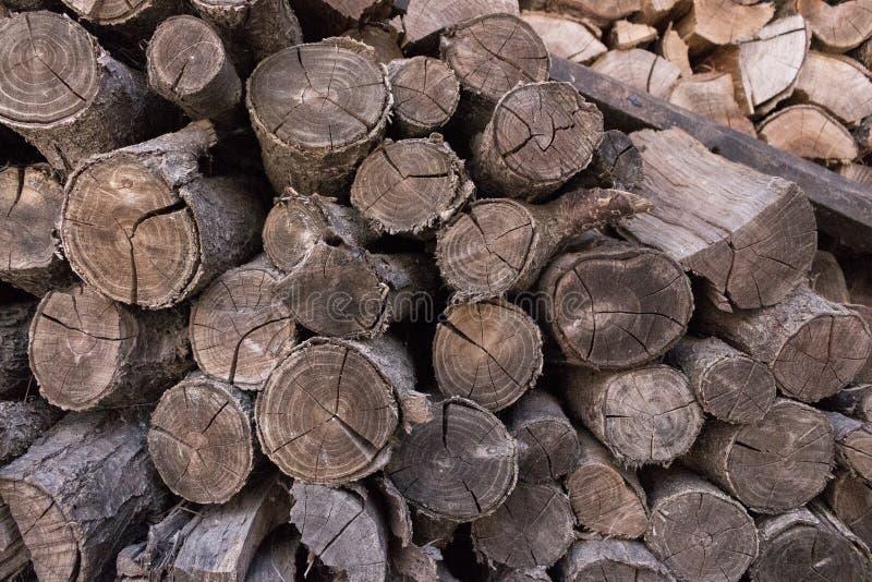 Pilha de close up desbastado do woodfire Conceito do tronco Textura rachada dos logs Lenha velha do corte fotografia de stock royalty free