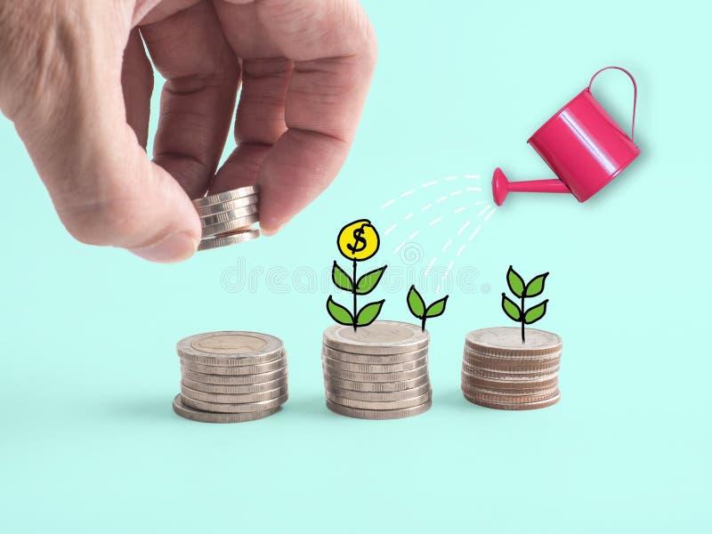 Pilha de cofre forte do dinheiro Entregue a colocação da moeda na pilha transparente veja completamente o mealheiro enchido com a foto de stock royalty free
