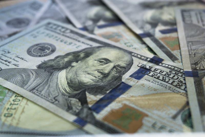 Pilha de contas das notas de dólar do novo cem, fim acima dos dólares fotos de stock royalty free