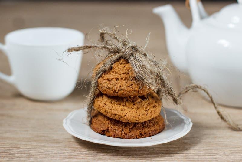 Pilha de cookies da aveia na tabela imagem de stock