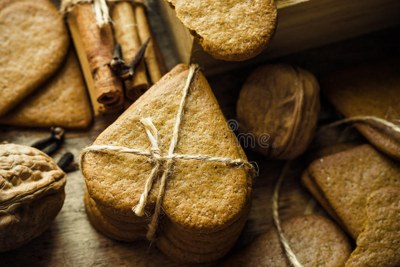 Pilha de cookies da pimenta do pão-de-espécie do Natal amarradas com guita As varas de canela, cravos-da-índia, dispersaram nozes fotografia de stock