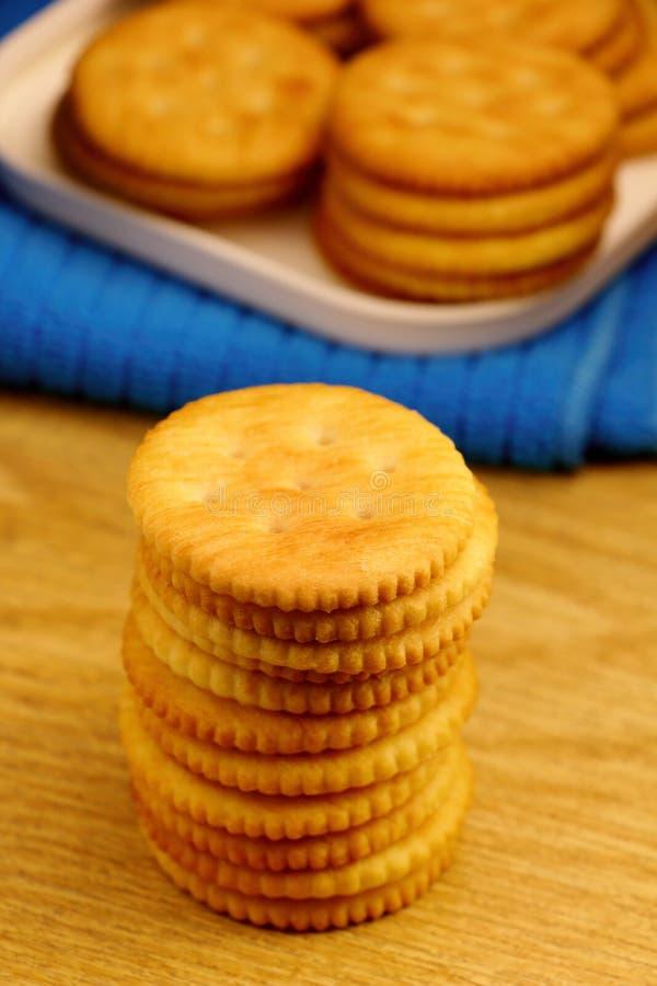 Pilha de cookies do biscoito no fundo de madeira foto de stock