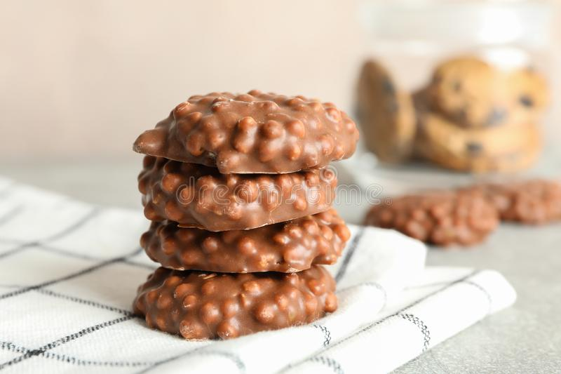 Pilha de cookies do chocolate na toalha de cozinha contra o fundo claro fotos de stock