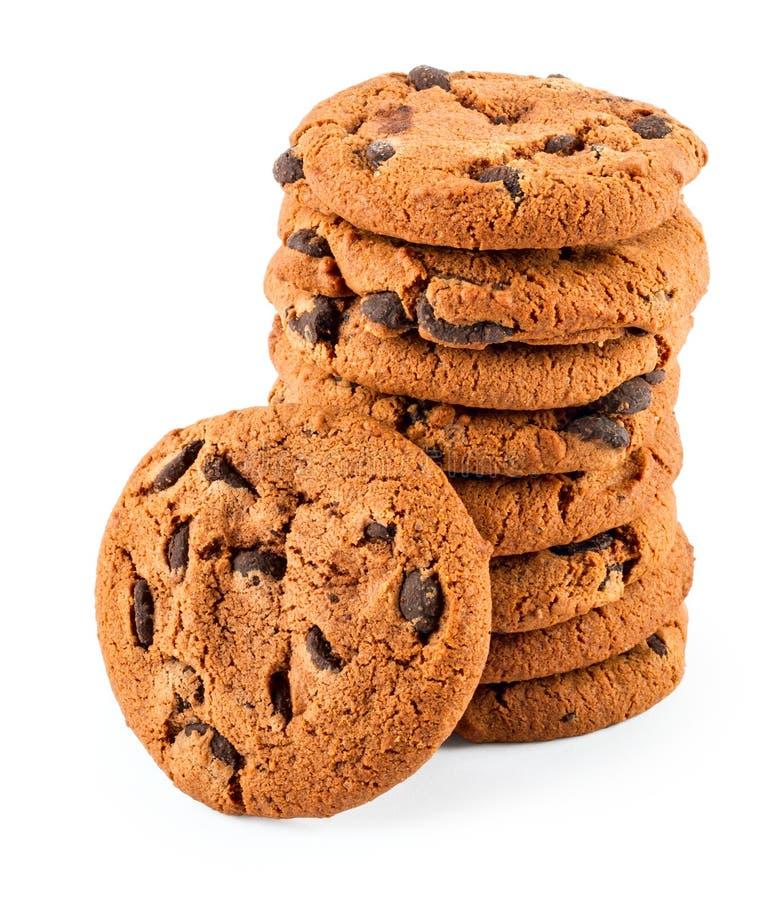 Pilha de cookies dos pedaços de chocolate isoladas no branco imagens de stock royalty free