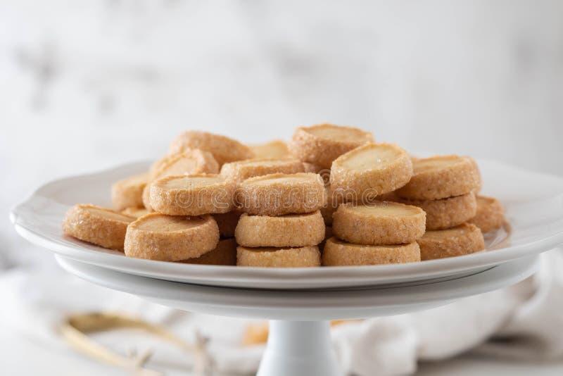 Pilha de cookies redondas do biscoito do biscoito amanteigado com migalhas imagens de stock royalty free