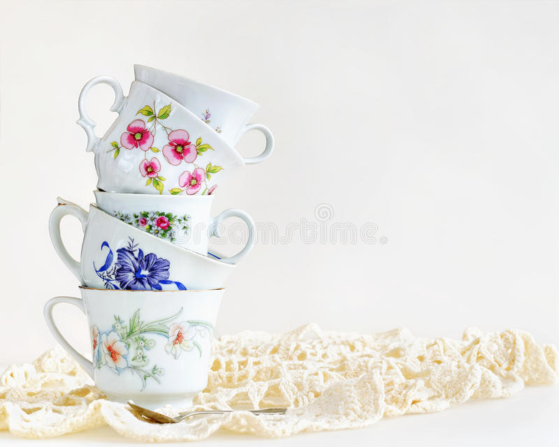 Pilha de copos de chá do vintage fotos de stock royalty free