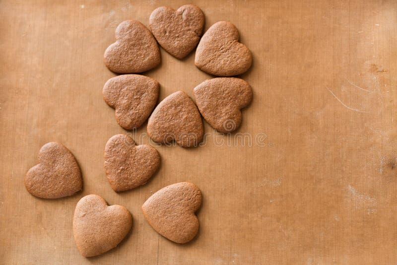 A pilha de coração feito a mão deu forma ao presente das cookies para o dia de Valentim com amor fotos de stock royalty free