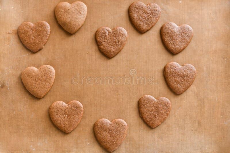 A pilha de coração feito a mão deu forma ao presente das cookies para o dia de Valentim com amor foto de stock royalty free