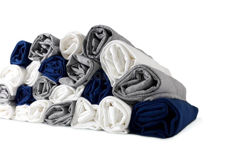 A pilha de cores rolou os t-shirt isolados no fundo branco - fim acima foto de stock