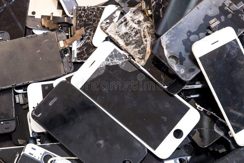 Pilha de corpo esperto danificado do telefone e de painel LCD rachado foto de stock