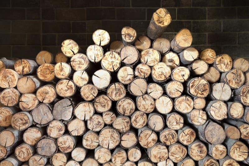 Pilha de cotoes de árvore, estrutura das madeiras na chaminé foto de stock
