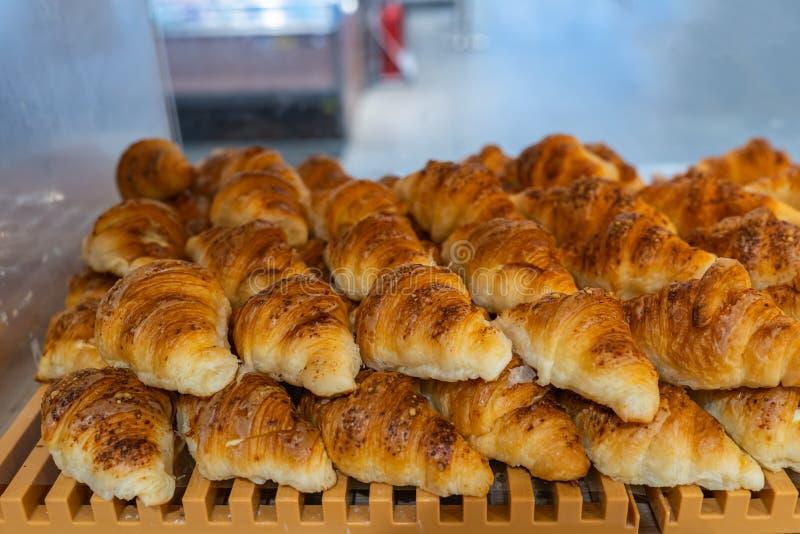 Pilha de croissant saborosos para a venda na loja de pastelaria fotografia de stock