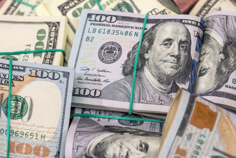 Pilha de dólares americanos no dinheiro imagem de stock
