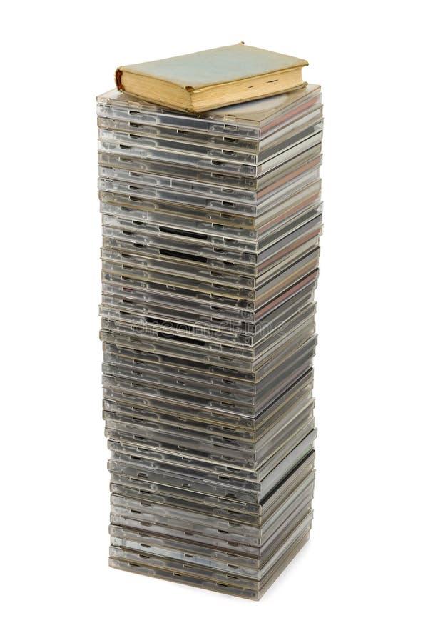 Pilha de discos e de livro foto de stock royalty free