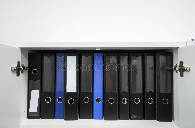 Pilha de dobrador do original de negócio no armário imagem de stock