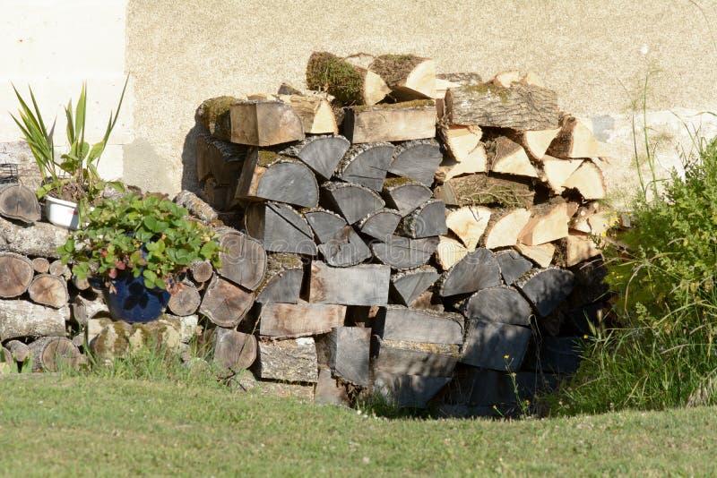 Pilha de elevação empilhada lenha para o inverno foto de stock