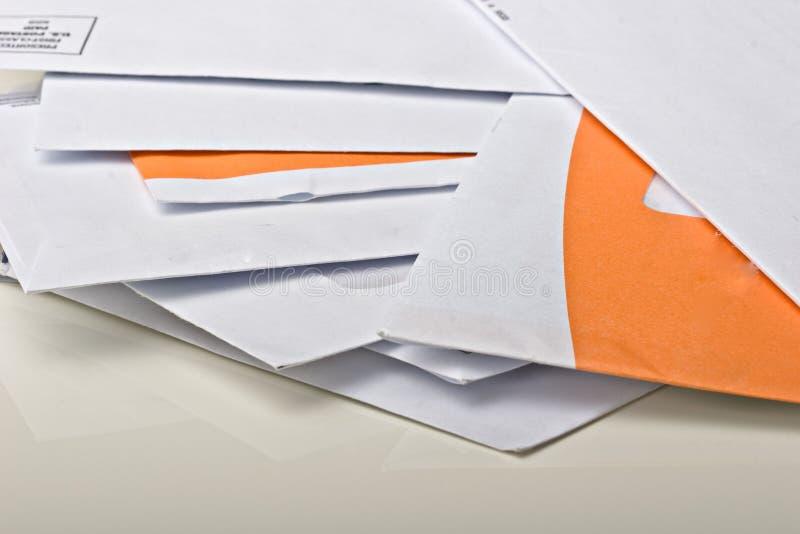Pilha de envelopes do papel do correio na tabela fotografia de stock