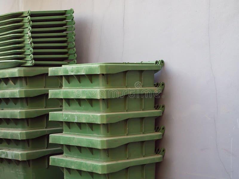 Pilha de escaninhos de lixo verdes imagens de stock