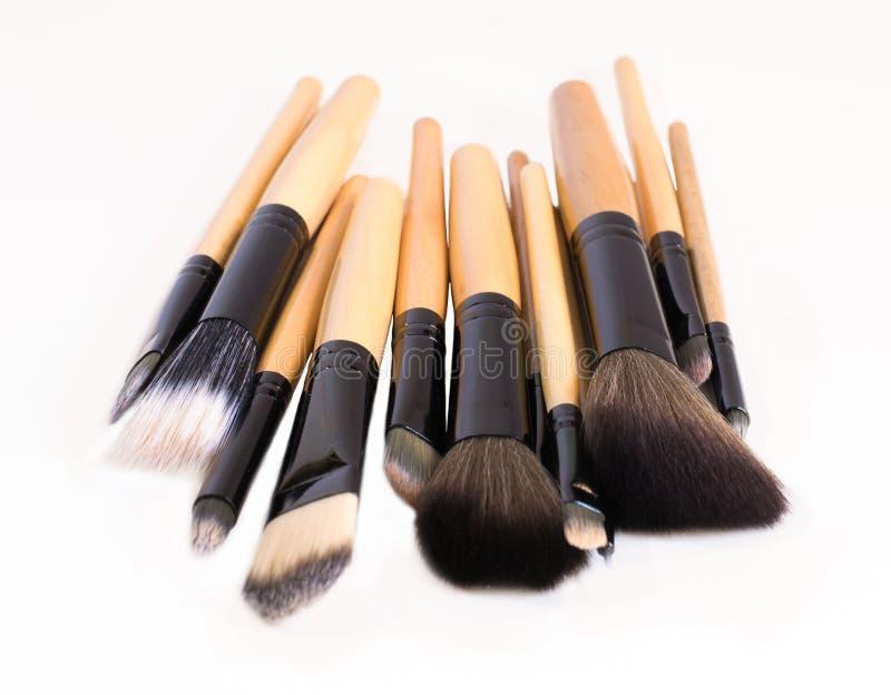 A pilha de escovas em um fundo branco para compõe fotografia de stock