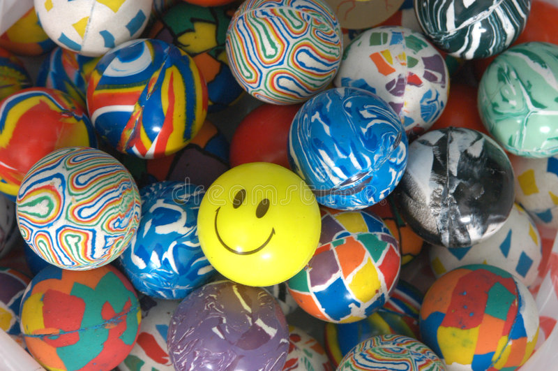 Pilha de esferas de borracha coloridas fotos de stock