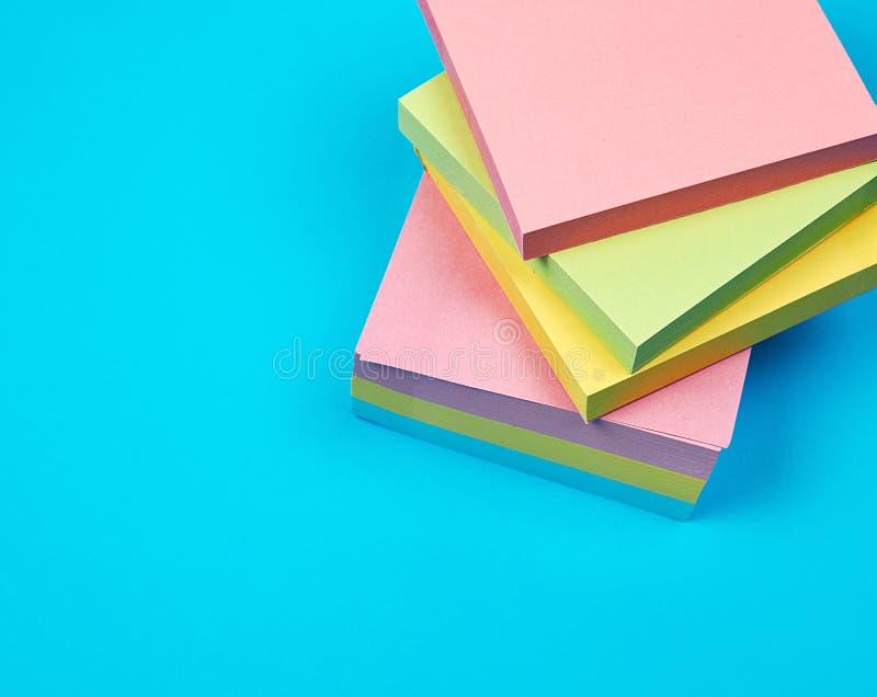 pilha de etiquetas vazias coloridos do quadrado do papel imagens de stock royalty free