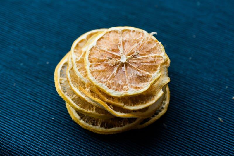 Pilha de fatias secadas do limão na superfície azul/seco e cortado imagem de stock royalty free