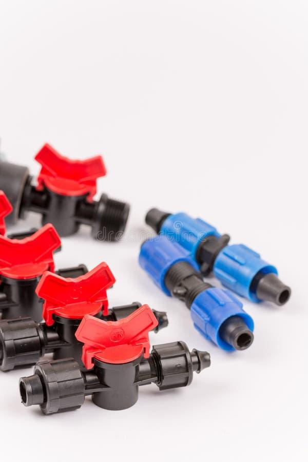 Pilha de ferramentas e de válvulas da irrigação sobre o branco fotos de stock royalty free