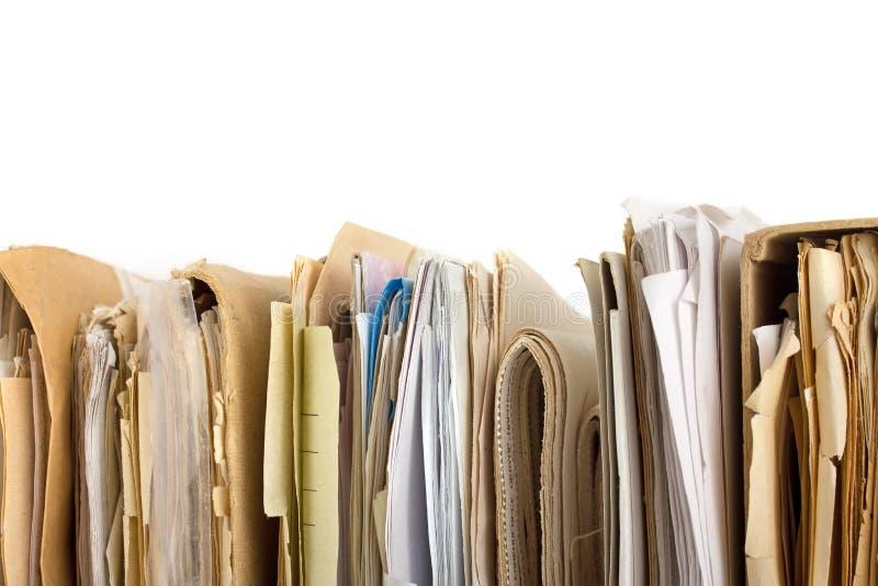 Pilha de ficheiros em papel velhos. Vista horizontal imagens de stock