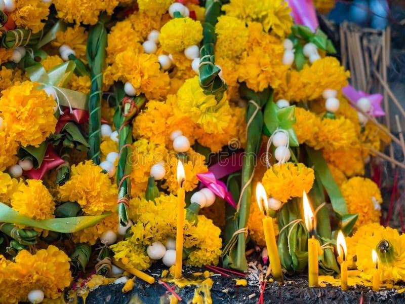 Pilha de flor de festão e de incenso foto de stock