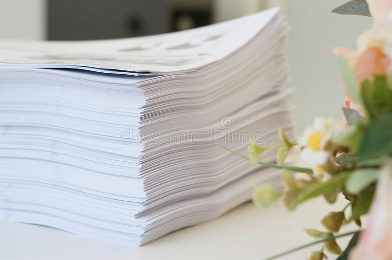 Pilha de folha dos Livros Brancos no escritório imagens de stock