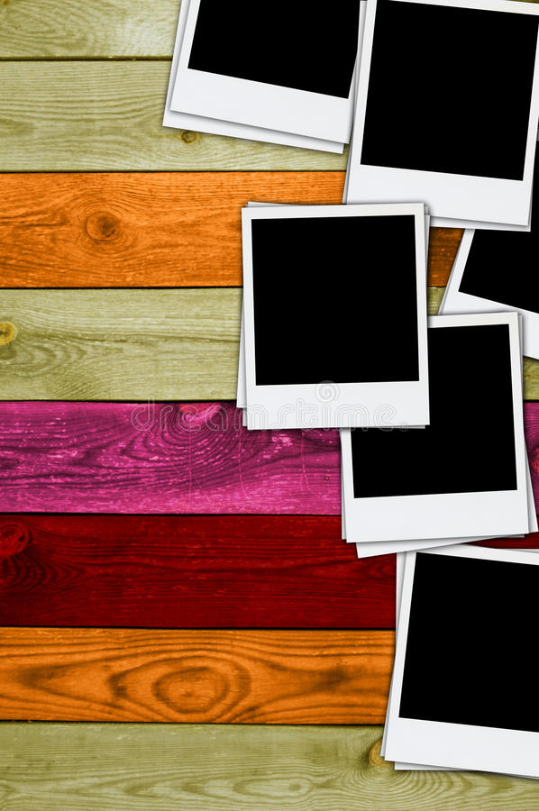 Pilha de fotos em branco no fundo de madeira imagens de stock