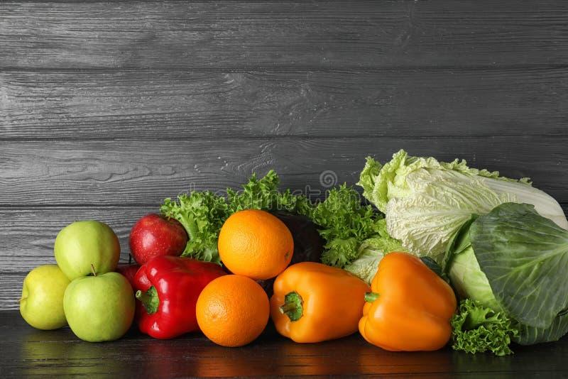 Pilha de frutas e legumes frescas na tabela preta fotografia de stock royalty free