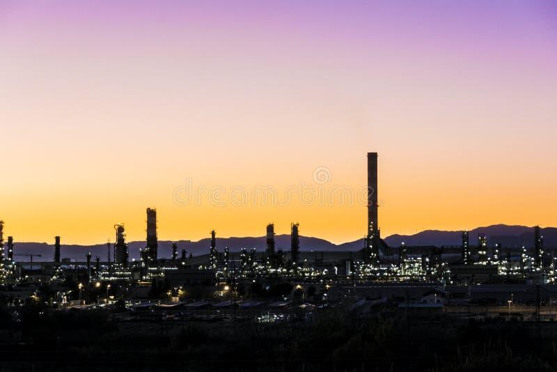 Pilha de fumo da fábrica - refinaria de petróleo - instalação petroquímica imagens de stock royalty free