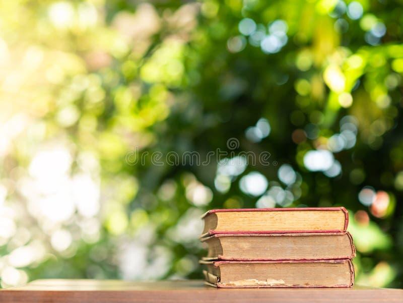 Pilha de fundo do bokeh dos livros velhos imagens de stock royalty free