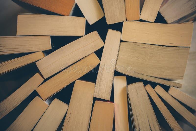 Pilha de fundo dos livros velhos Vista superior de muitos livros empilhados junto Instrução e sabedoria fotografia de stock