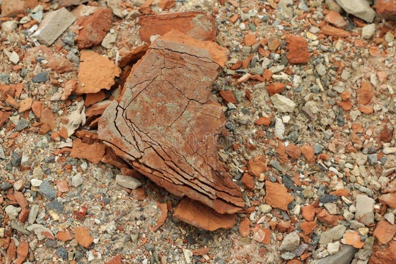 Pilha de fundo quebrado do tijolo vermelho imagens de stock royalty free
