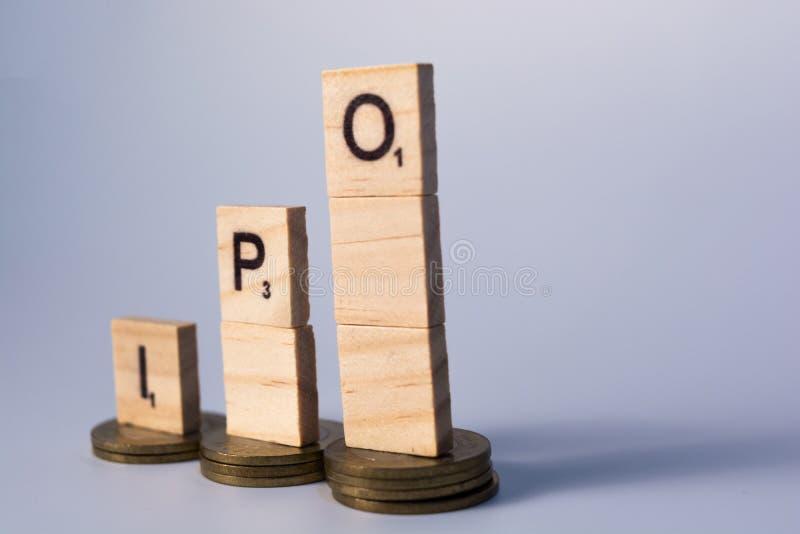 Pilha de indiano oferta pública inicial de 10 moedas da rupia ou conceito de IPO no fundo isolado foto de stock royalty free