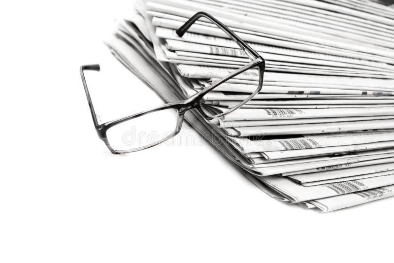 Pilha de jornais em preto e branco isolados imagens de stock