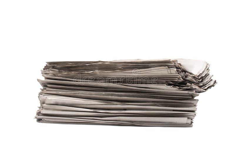 A pilha de jornais imprimiu o close up dos produtos foto de stock