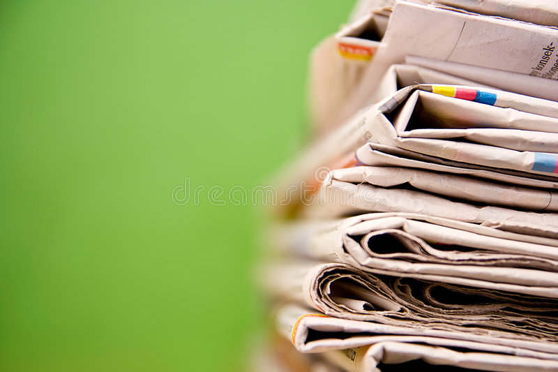 Pilha de jornais na cor no fundo verde imagens de stock royalty free