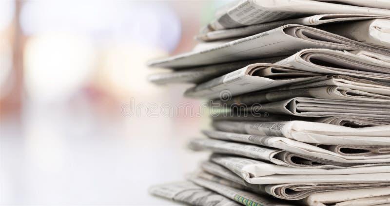 Pilha de jornais no fundo fotos de stock royalty free