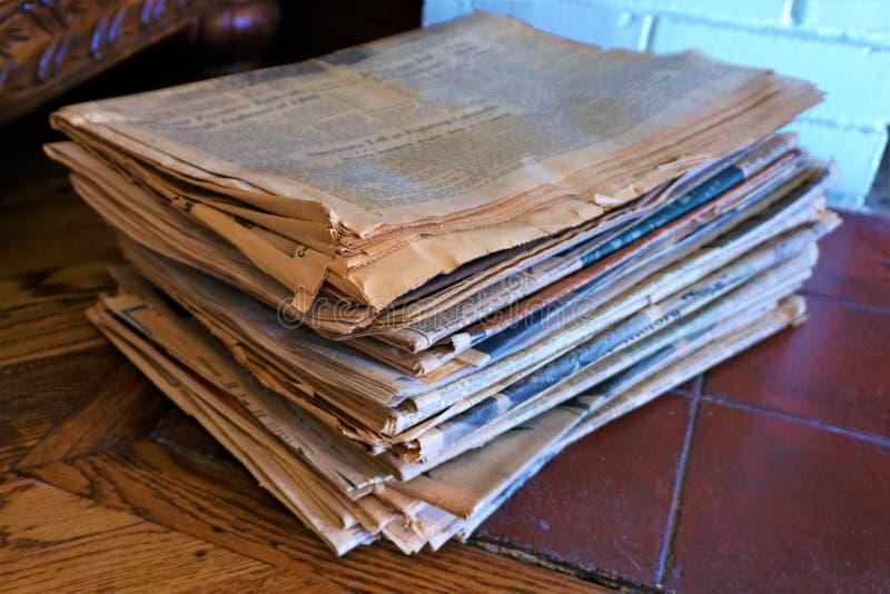 Pilha de jornais oxidados amarelados velhos imagens de stock royalty free