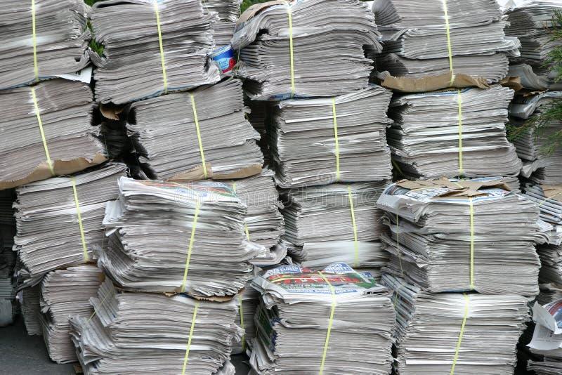 Pilha de jornal imagens de stock