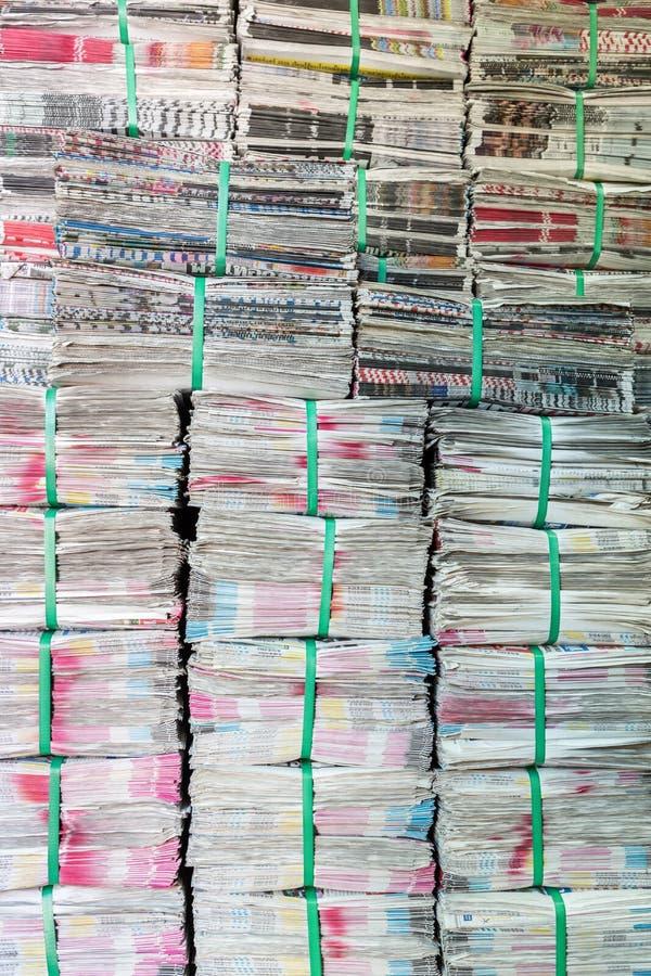 Pilha de jornal fotos de stock