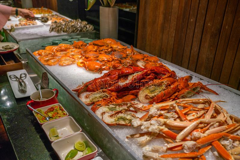 Pilha de lagostas e de caranguejos recentemente cozinhados no restaurante do marisco fotos de stock royalty free