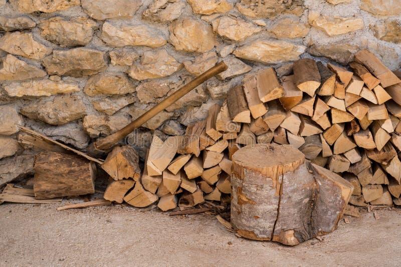 Pilha de lenha contra a parede de pedra da casa da quinta imagens de stock royalty free