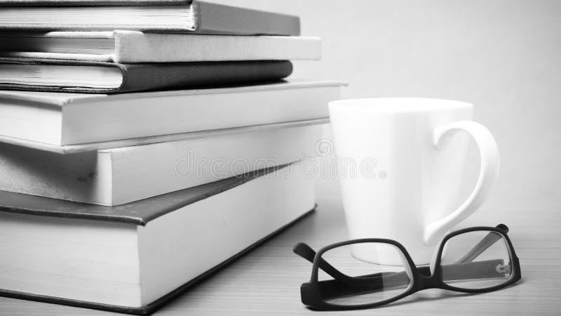 Pilha de livro com estilo preto e branco do tom da caneca de café imagem de stock