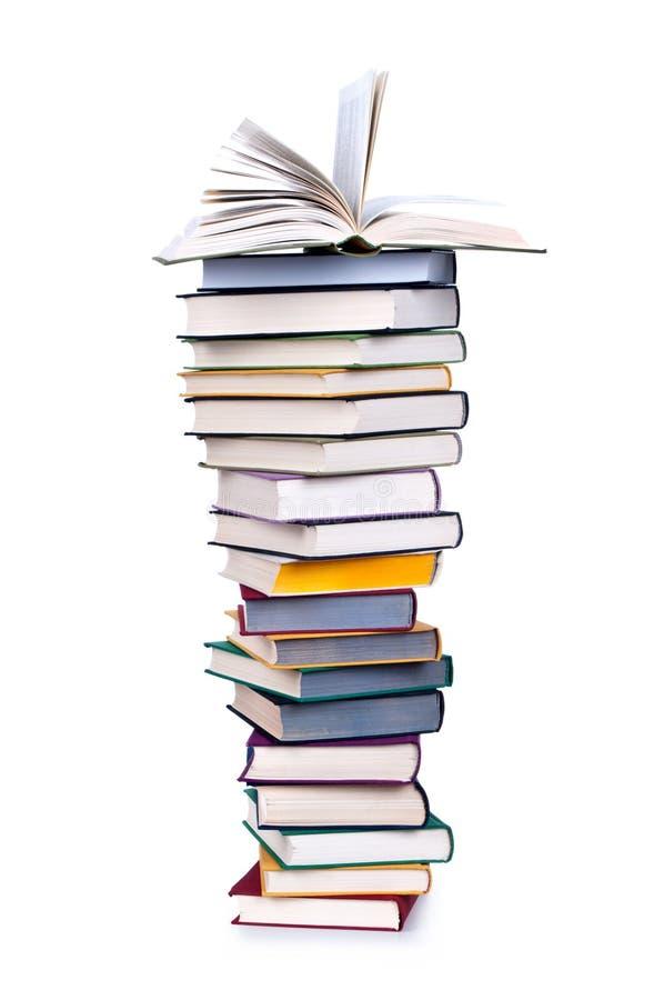 Pilha de livro com livro aberto imagem de stock royalty free
