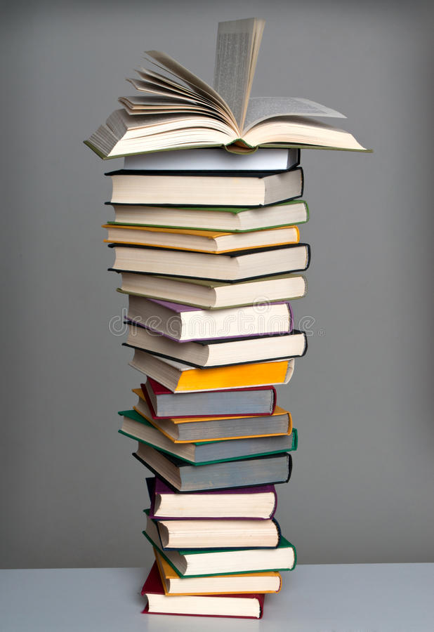 Pilha de livro com livro aberto foto de stock